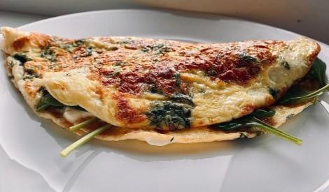 Pārlocītā omlete ar krēmsieru un spinātiem