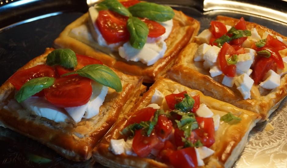Kārtainās rauga mīklas kabatiņas ar mocarellu un tomātiem