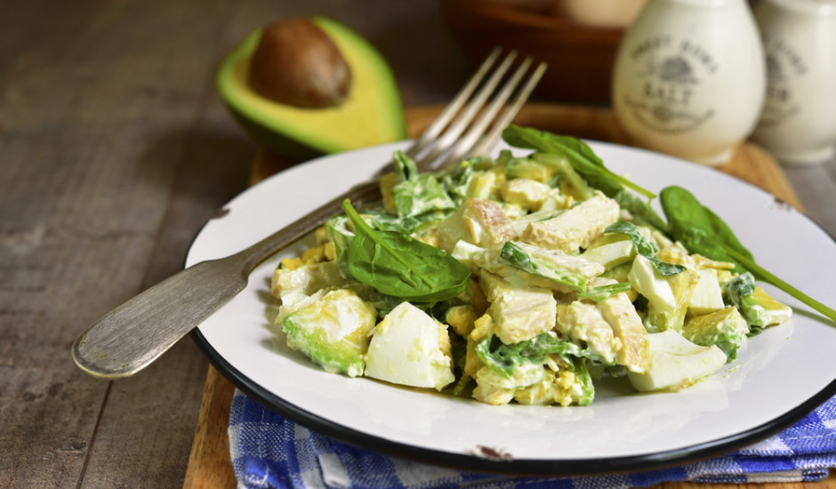 Avokado salāti ar olām, spinātiem un vistu