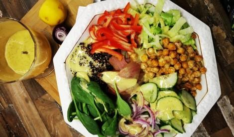 Svaigi salāti ar auksti kūpinātu tunci, turku zirņiem