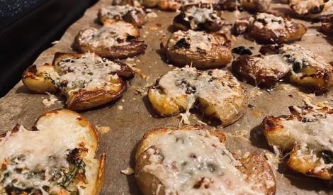 Kraukšķīgie kartupeļi ar garšaugu sviestu un sieru