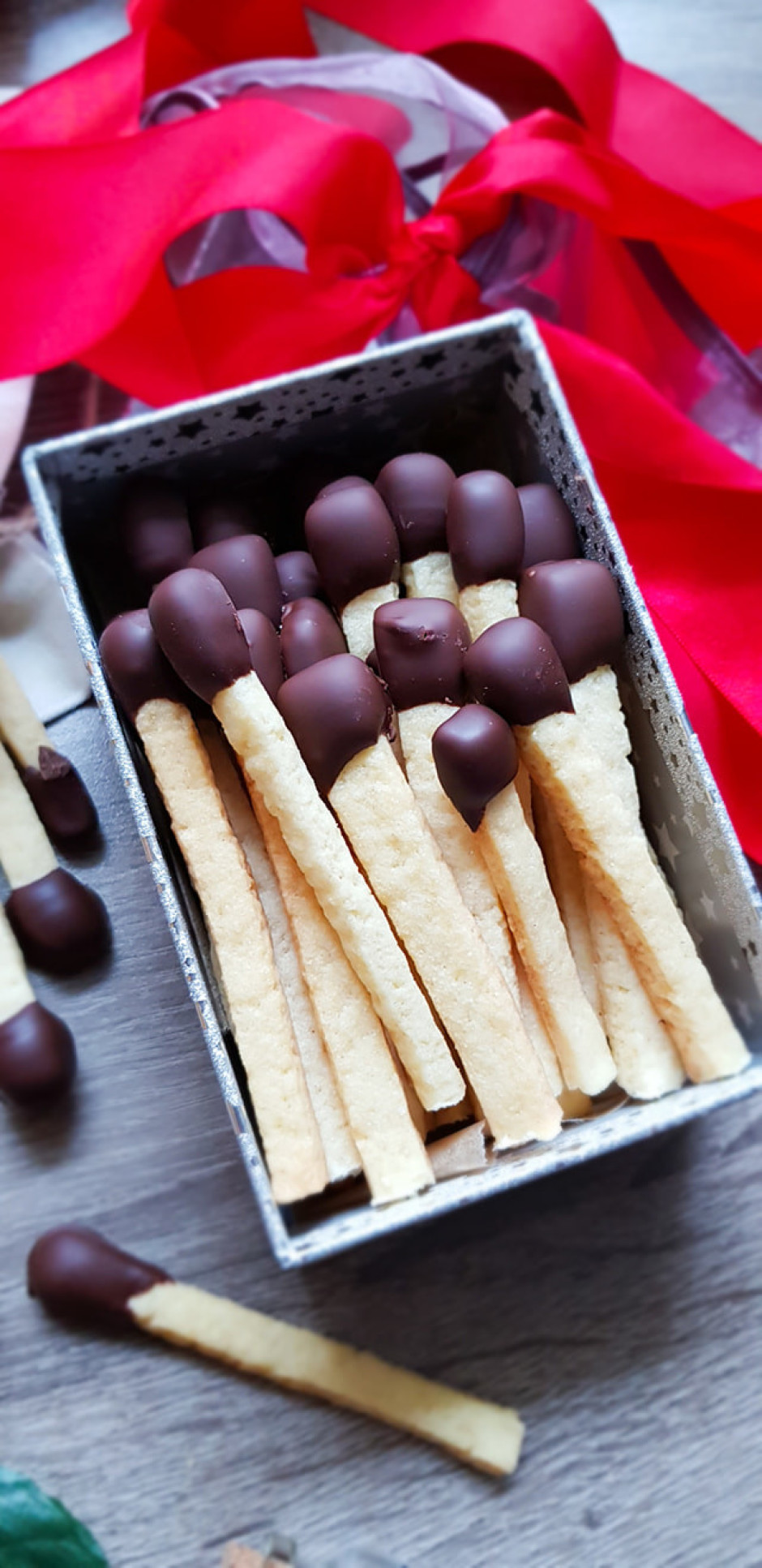 Kad cepumi ir atdzisuši, izkausē tumšo šokolādi, katru stand...