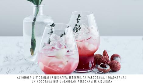 Prosecco kokteilis ar avenēm, līčijām un timiāna noti.