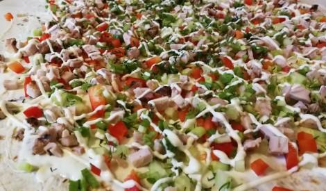 Lavašs ar vistas girosu un dārzeņiem