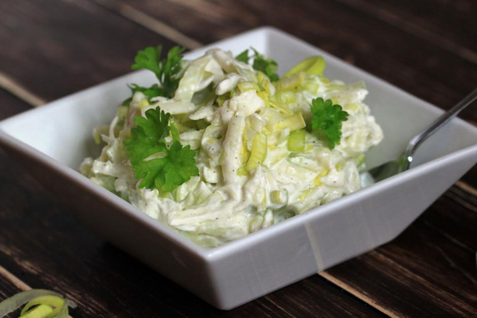 Visus produktus sajauc ar majonēzi un pārkaisa ar zaļumiem....