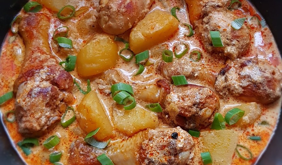 Šmorēta vistiņa ar kartupeļiem skābā krējuma mērcē
