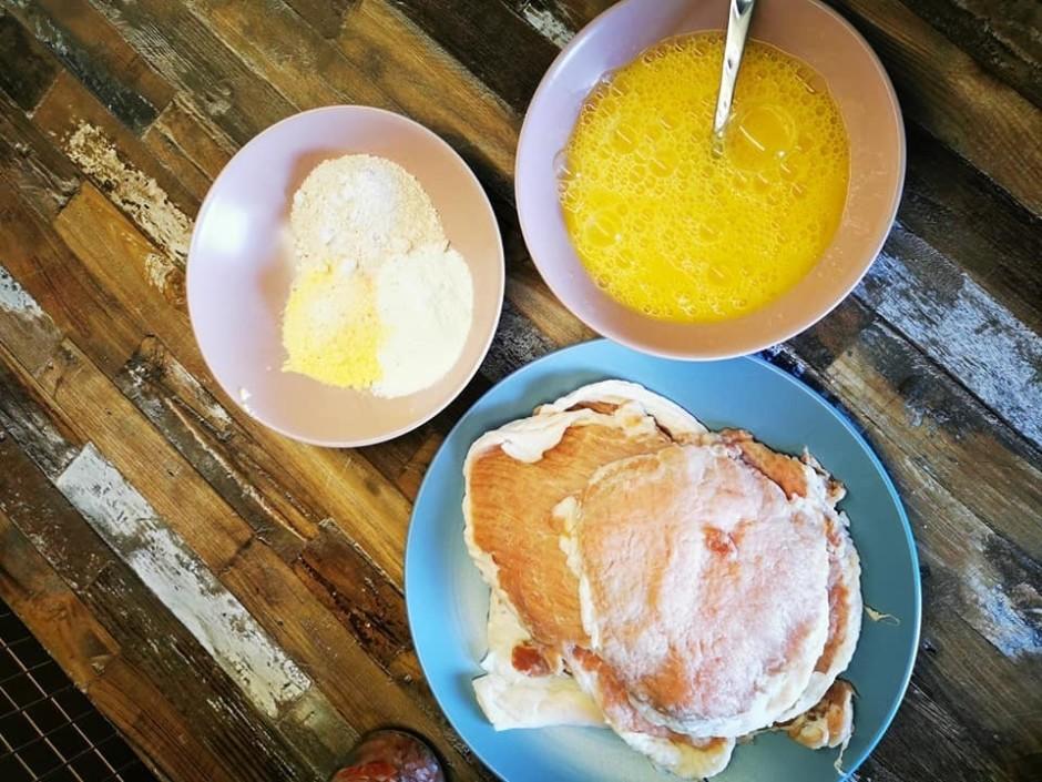 Olas sakuļ ar nedaudz sāli, miltus samaisa kopā un pieber ga...