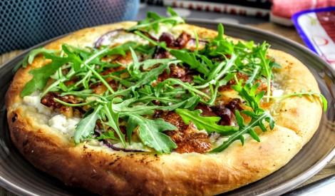Ātrās picas ar siļķi, bekonu un rikotu