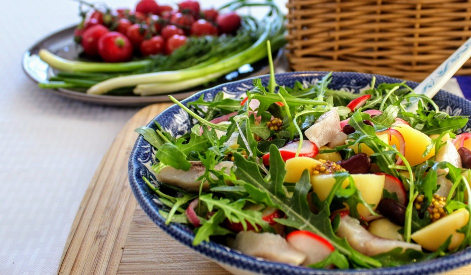 Kartupeļu salāti ar siļķi, pupiņām un marinētiem redīsiem