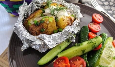 Folijā cepti kartupeļi ar siļķu-biezpiena mērci un ātrajiem gurķīšiem
