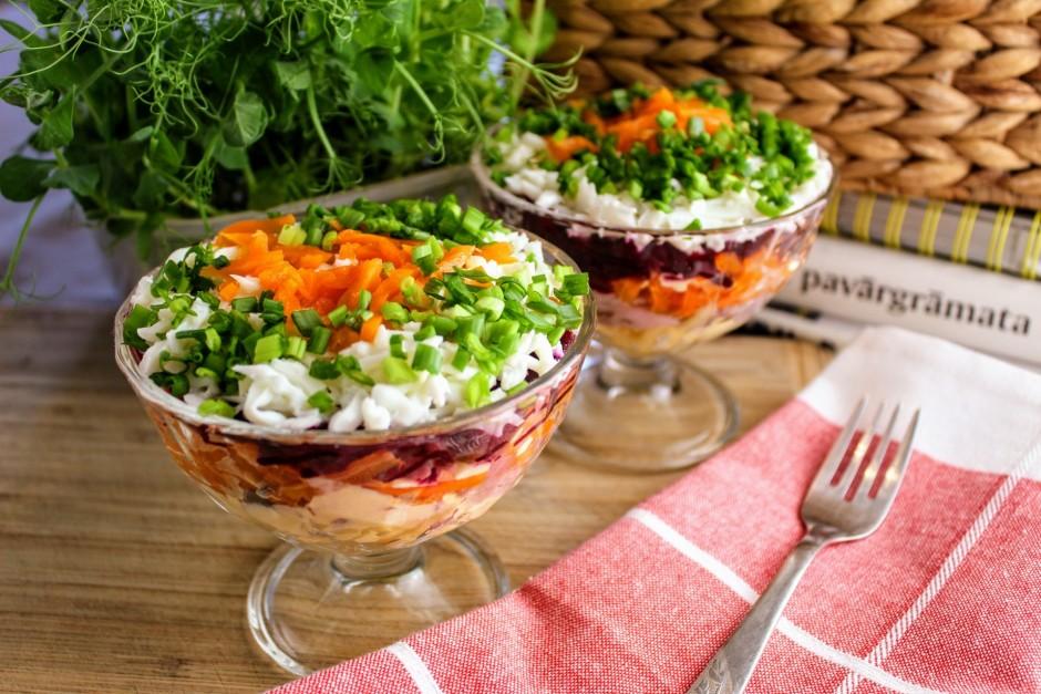 Salātus dekorē ar rīvētiem burkāniem, lociņiem un ceļ svētku...