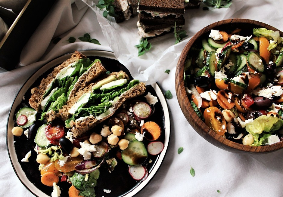 Vedot salātus uz piknika vietu, salātu sastāvdaļas saliek li...