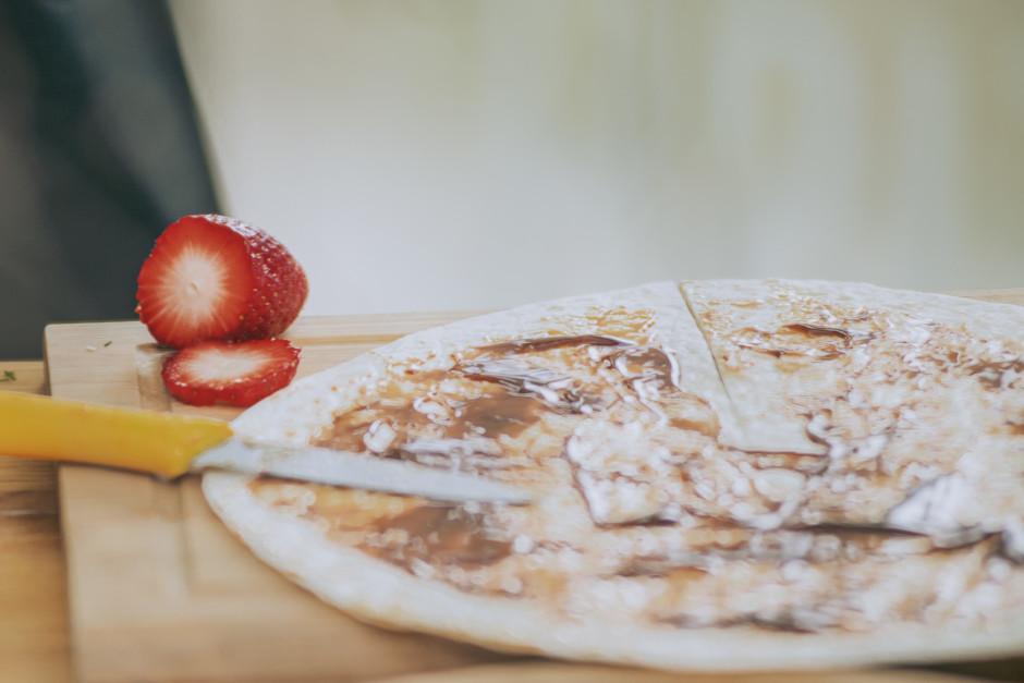 Tortilju nosmērē ar mērci.