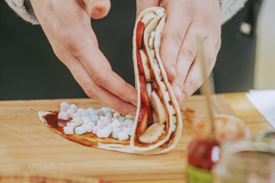 Saloka tortiljas, liek uz saspiežamas grila restes un apgril...