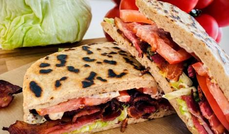 BLT sviestmaize jeb maizīte ar bekonu, ledussalātiem un tomātu