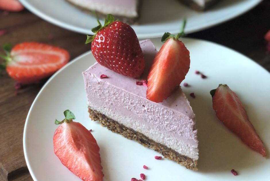 Kad kūkas pildījums sastindzis, kūku izņem no formas un deko...