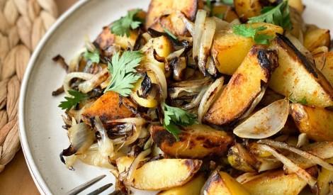 Smeķīgie kartupelīši ar zeltaini apceptiem sīpoliem