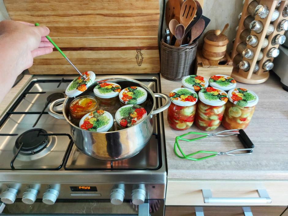 Kad salātiņi labi atsulojušies (es gatavoju vienā pēcpusdien...