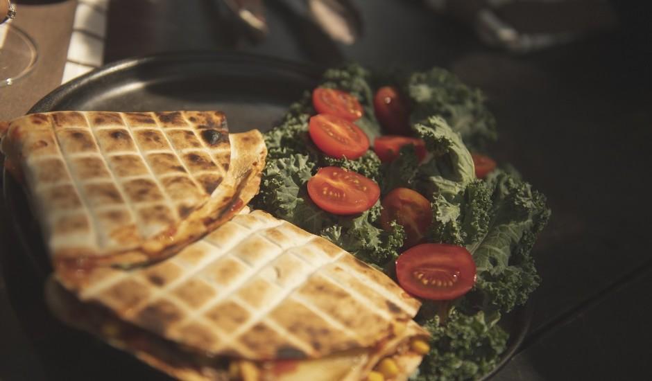 Kesadiljas ar tunci, kukurūzu un tomātu salsu