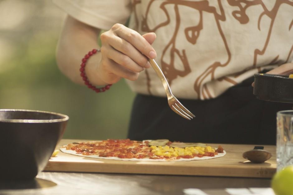 Uz katras tortiljas ceturtdaļas liek savu sastāvdaļu: marinē...