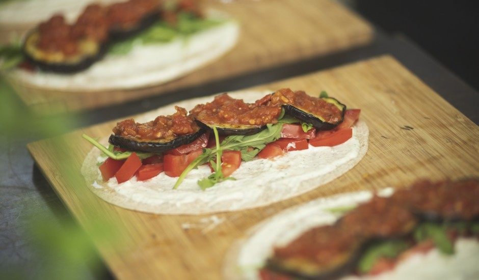Veģetārās tortiljas ar grilētiem baklažāniem un ķiploku salsu