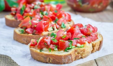 Karstās tomātu - ķiploku maizītes