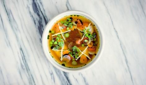 Gaileņu ravioli ar sezonas dārzeņiem buljonā