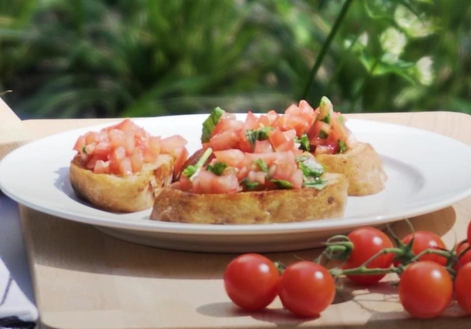 Ņem maizīti, kārto virsū sagatavotos tomātus, dekorē un......