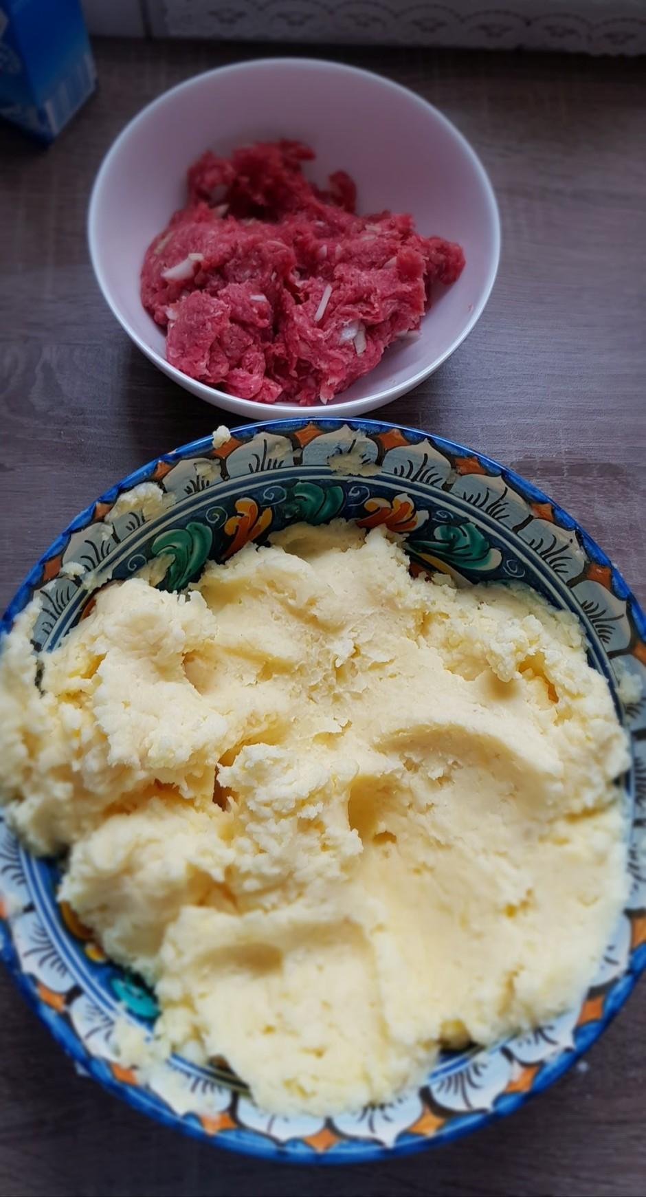 Notecinātos rīvētos kartupeļus ieliek lielā bļodā, pieliek n...