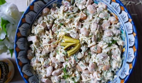 Kūpinātas vistas salāti ar pupiņām, gurķiem un sieru