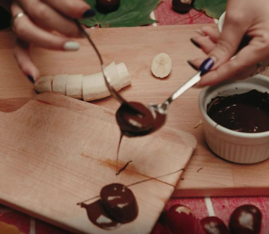 Katru ripiņu izmērcē šokolādē.