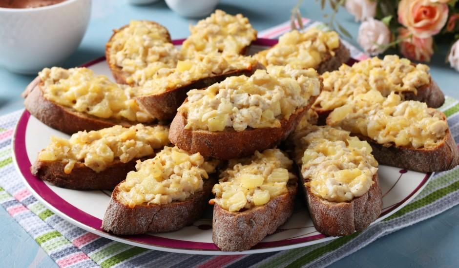 Karstmaizes ar vistu un ananasiem
