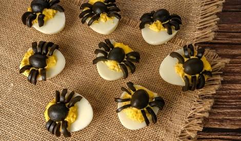 Halovīna pildītās olas ar olīvu zirnekļiem